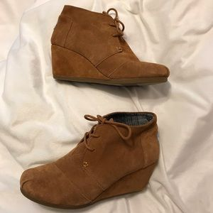 Tan Toms size 8W adorable wedges